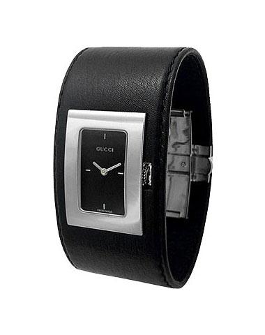 Женские часы на широком кожаном ремешке. . Циферблат черный, стрелки часов и минут. . Стальной корпус и ремешок